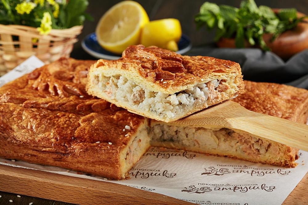 Пирог с филе горбуши и рисом