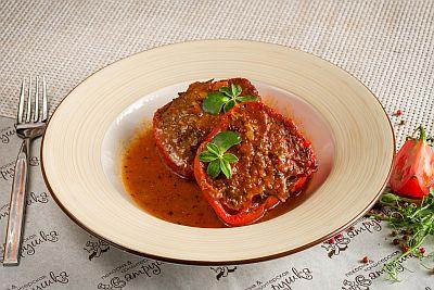 Перец фаршированный  мясом в томатном соусе 250гр